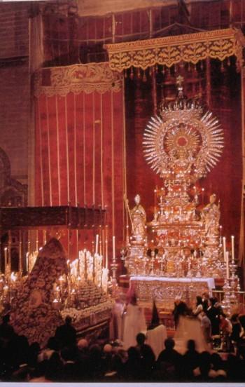 María Santísima de la Victoria (Las Cigarreras) ante el Monumento de la Catedral de Sevilla